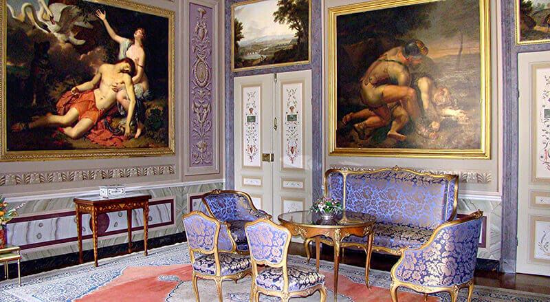 Die Grafensuite mit purpunen Möbeln