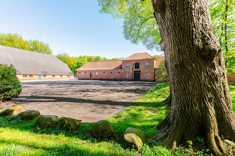 Das Kuhhaus und der Pferdestall von Außen mit Parkplatz