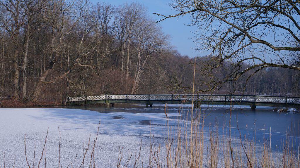 Die Hasenbrück im Winter, auf dem See liegt Schnee