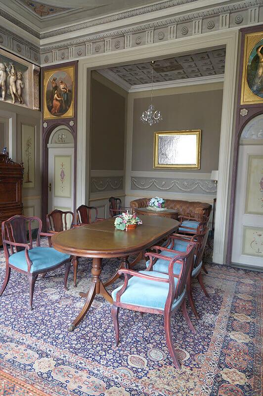 Ein Tisch mit Sitzgelegenheiten in der Grafensuite