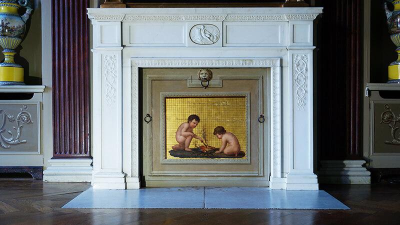 Eine stilvolle Kaminabdeckung mit klassischem Motiv
