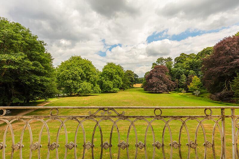 Geländer mit Blick auf den Garten