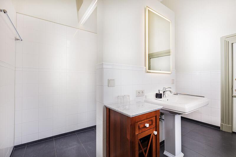 Waschbecken und Schrank im Badezimmer