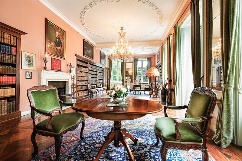 Ein Saal mit grünen Accessoires