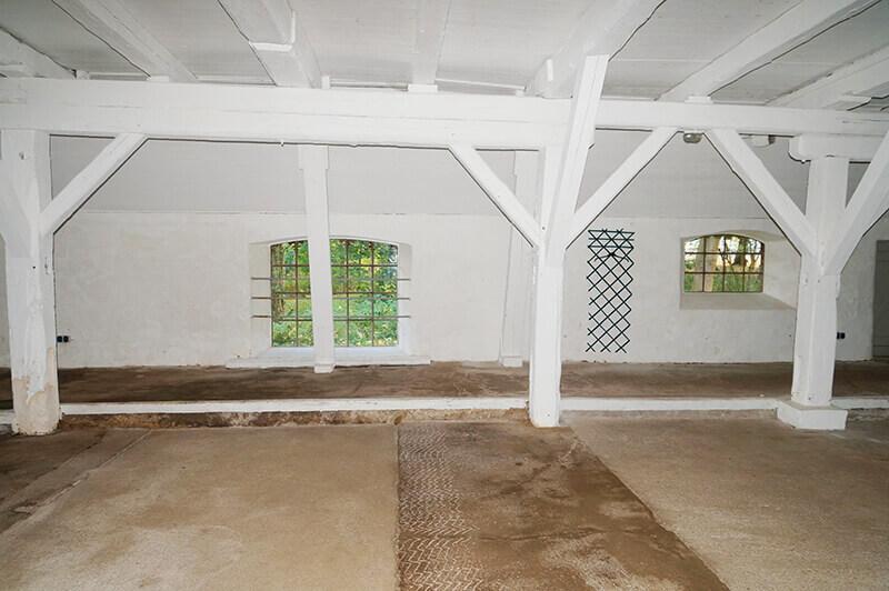 Die Aussenwand des Kuhhauses mit Fenstern und viel Platz