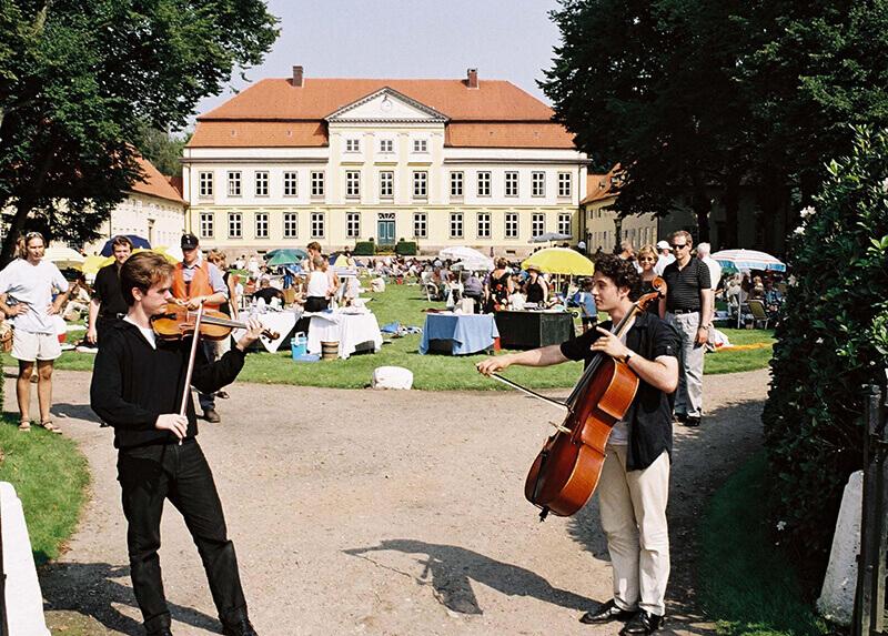 Musiker auf dem Vorplatz des Gut Emkendorf, viele Personen im Hintergrund