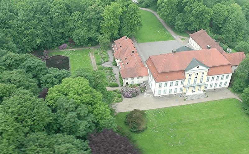 Das Gut Emkendorf aus der Vogelperspektive leicht schräg, aufgenommen vom NDR