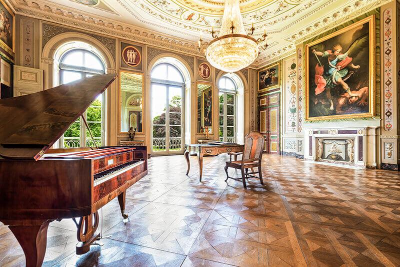 Stilvoller Saal mit hohen Fenstern