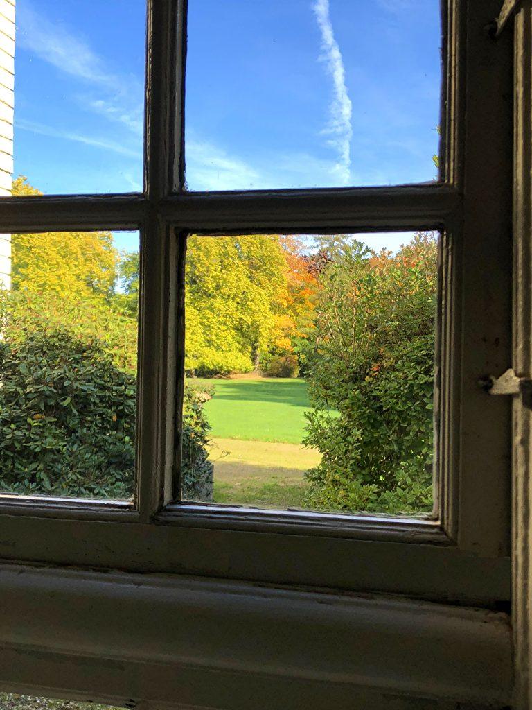 Blick aus dem Herrenhausfenster in den Herrenhauspark